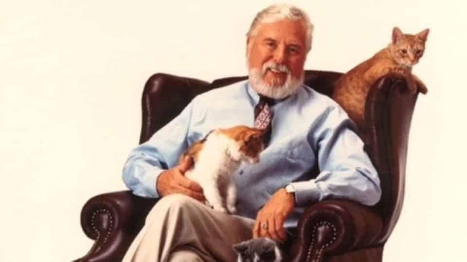 Edward Lowe, der Erfinder der Katzenstreu, mit drei Katzen